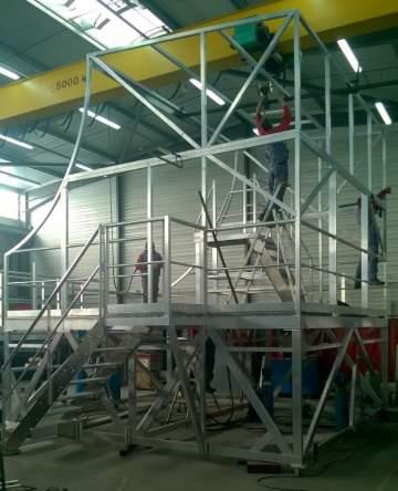 Passerelle d'accès et de sécurisation pour chantier aéronautique.