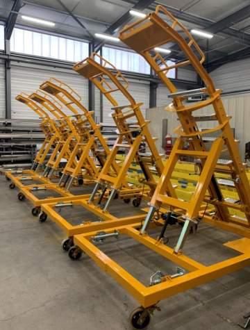 Fabrication, montage et câblage hydraulique d'une série d'échelles mobiles réglables pour application aéronautique.